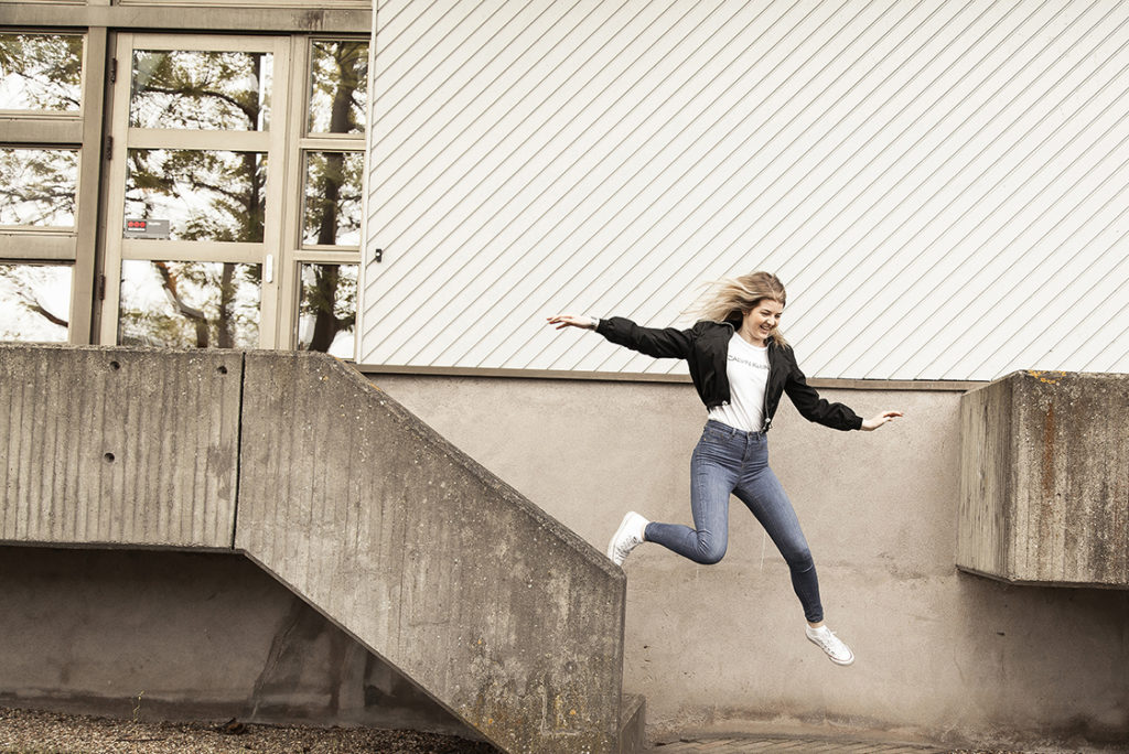 Att göra inför skolstart - Ida hoppar i trappan